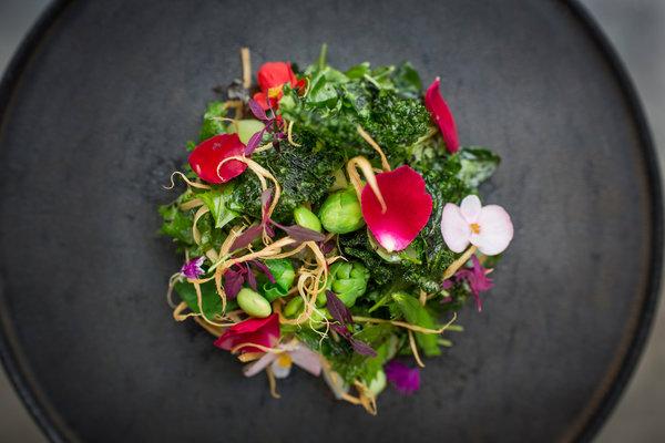 重新注重本地食材的台北餐廳MUME用豆豉作裝飾的台灣沙拉。
