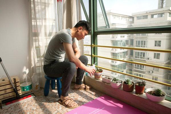 信息技术公司营销人员孙慧峰把自己位于北京的公寓里的一间房租了出去。这些植物是小猪短租公司赠送给他的,这是一家他用来出租自己这个房间的房屋共享创业公司。