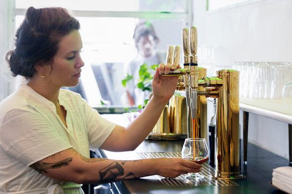 全日咖啡店的老板卡米拉·拉莫斯在倒氮气冷萃咖啡。