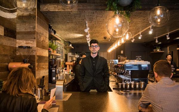 纽约市格雷戈里咖啡店的老板格雷戈里·赞弗提斯。他的第24家分店即将开业。在冰咖啡季节,他出售的咖啡中有65%是冰咖啡。