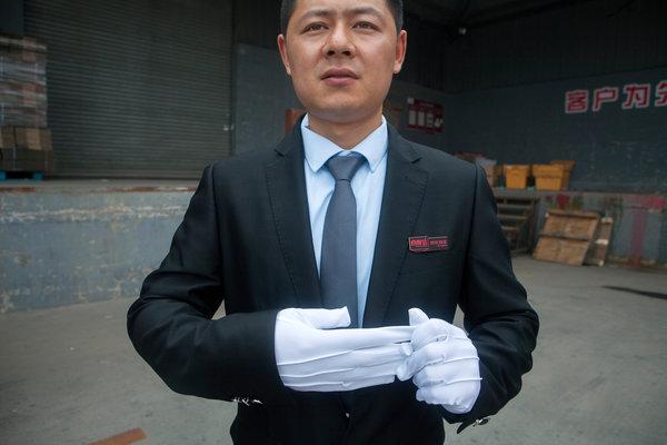 唐洪亮不是典型的中国快递员。他送的是名牌商品,开的是一辆电动汽车。