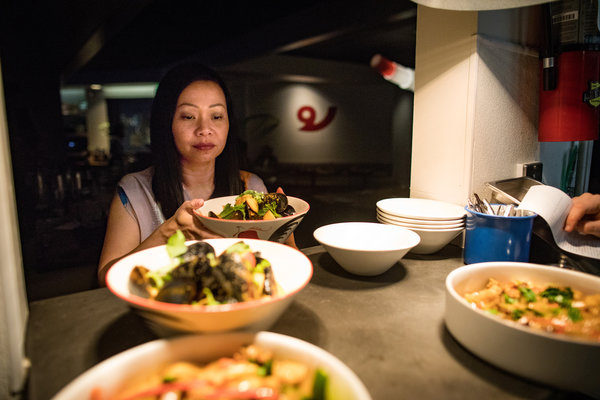 曼谷出生的皮姆·特查姆安维维特在旧金山她的泰国餐厅Kin Khao里。