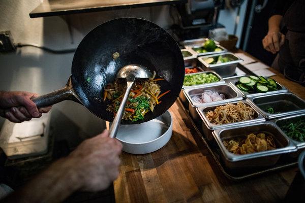 "Kin Khao餐厅的""pad kee mao""(炒宽粉)。"