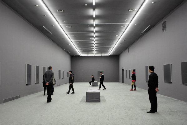 由藤本壮介担纲设计的余德耀美术馆,坐落在一个老飞机库内。