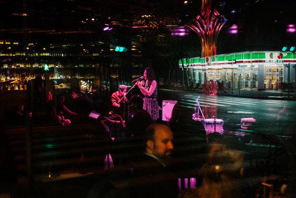 """暧昧的""""Heyday""""爵士酒吧令人想起20世纪20、30年代上海的纸醉金迷。"""