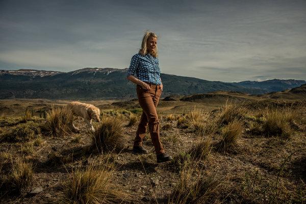 克里斯汀·麦克迪维特·汤普金斯和她的狗在一起,站在这个山脊,可以俯瞰汤普金斯自然保护基金会捐赠给智利政府的土地。