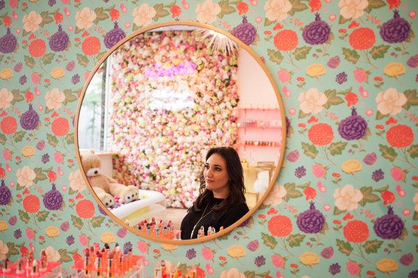 創投公司SoGal Ventures的聯合創始人伊麗莎白·加爾布特·佩雷爾曼在曼哈頓的化妝品店Winky Lux。她說,「對我來講,我很早就看到,財富就是能夠創造出你想在世界上看到的變化。」