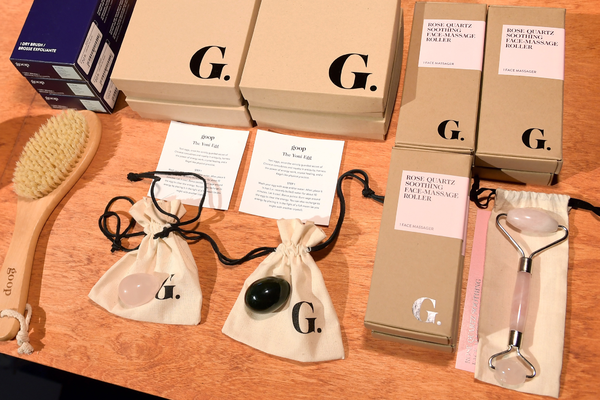 6月,Goops在洛杉矶健康峰会上展览的Goop产品,包括干发刷、玉石蛋和玫瑰石英脸部按摩器,