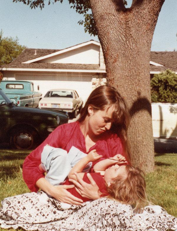 加利福尼亚州萨拉托加,3岁的丽莎·布伦南-乔布斯和她的母亲克里斯安·布伦南。