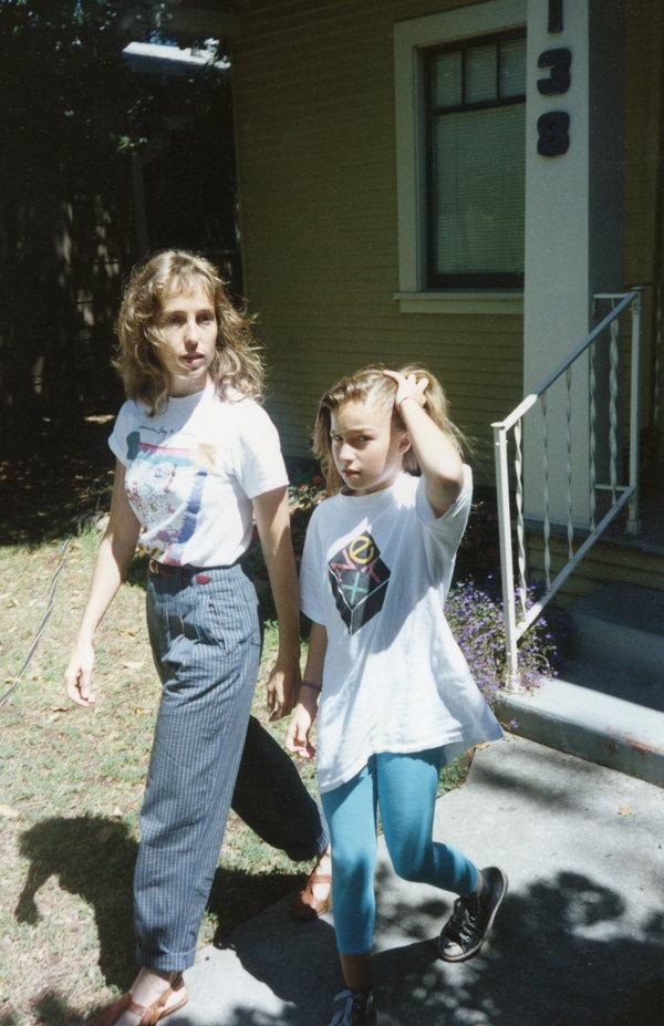 克里斯安·布伦南说,女儿丽莎·布伦南-乔布斯在这本回忆录中低调处理了她童年生活的混乱。在这张1990年代的照片中,她与丽莎一同出现。
