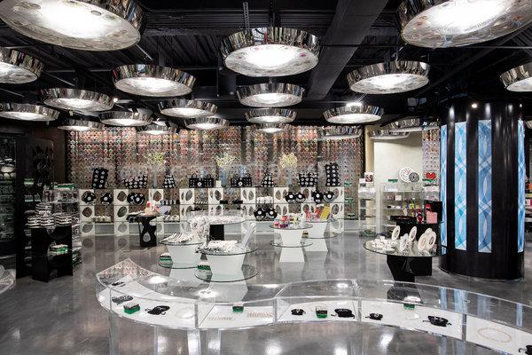 在10 Corso Como纽约店,有时尚、珠宝和高端设计,这个空间让顾客流连忘返——如果他们坚持的话——还有买东西。