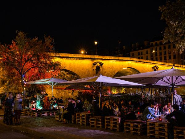 Péniche Marcounet是一个受欢迎的夜晚活动目的地。