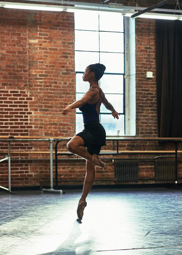 哈莱姆舞剧院的亚历山德拉·哈金森。Freed of London开始出售两款专为有色人种舞者设计的鞋子:一款是棕色的,一款是古铜色的。