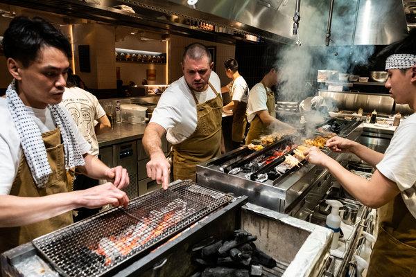 為Yardbird的雞肉串燒製作的烤架超過6英尺長,燃燒的是名為「備長炭」的超熱硬木炭。