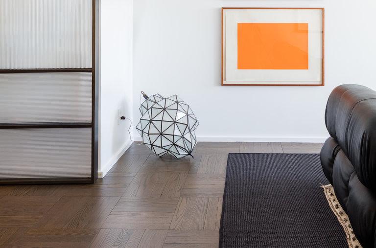 在曼哈頓中城大衛·曼恩設計的一套公寓的牆上,掛著唐納德·賈德的兩幅未命名的木版畫。