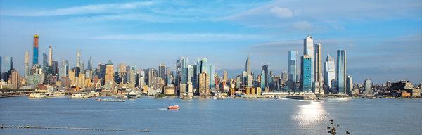 """2019年,曼哈顿西区的哈德逊园区、中城""""亿万富豪街""""上和周围群簇的高楼以及由世界贸易中心一号大楼引领的曼哈顿下城的复兴重绘了曼哈顿的天际线。"""