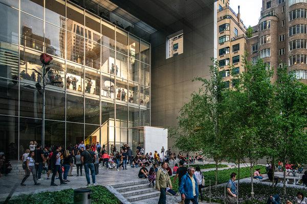从雕塑花园看现代艺术博物馆的画廊,庭院中有许多游客。