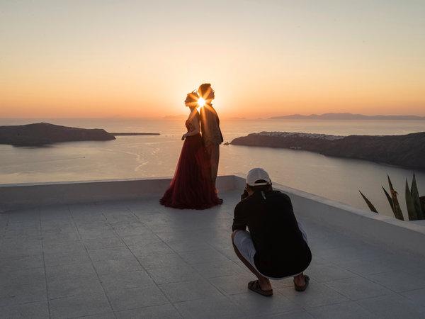 傅慈航(音,左)和姚凯(音)在希腊圣托里尼岛拍摄婚纱照。