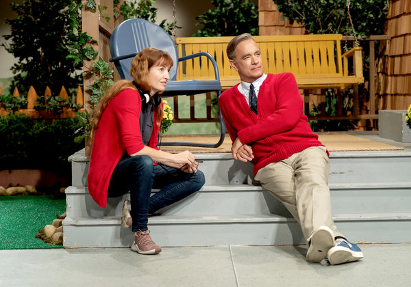导演玛丽埃尔·海勒和汉克斯在《邻里美好的一天》片场。