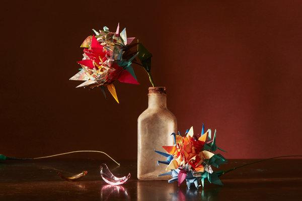纽约人折纸鹤捐赠给2011年日本地震和海啸的幸存者。艺术治疗师小林利子随后在福岛地区创建了一个工作室,把这些纸鹤变成了花朵。