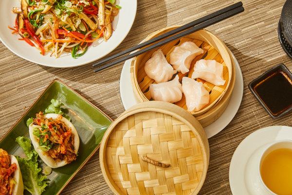 亚洲协会庭院咖啡厅的菜单包含了多个亚洲地区的料理,有鸡肉包、炒粉丝和虾饺等。