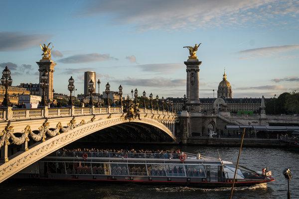 奥斯特里茨桥上的巴黎市徽,它是跨越塞纳河的37座桥梁之一。
