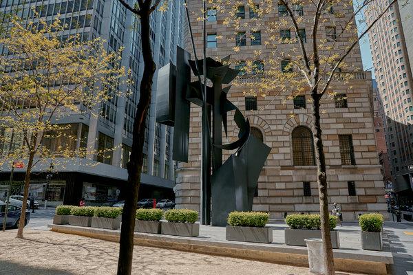 聯邦儲備銀行旁邊的一個三角廣場,以藝術家路易絲·尼維森的名字命名。