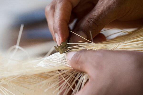 精加工工匠的工作之一就是檢查帽子上有沒有編錯或變色的稻草。如果發現了,它們就會被剪掉並替換。
