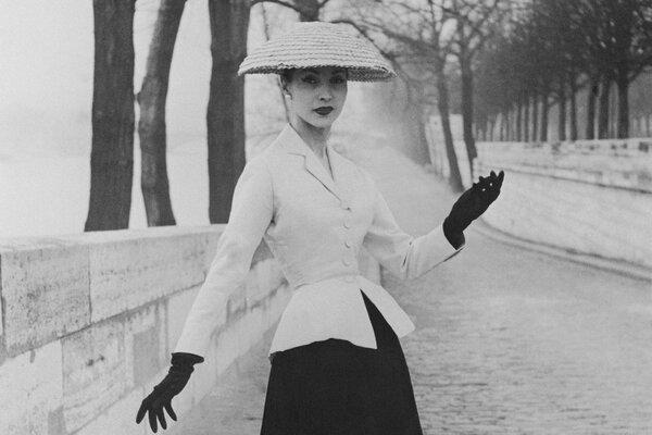 1947年迪奧「New Look」系列,有大面積裙擺和纖細的腰線。