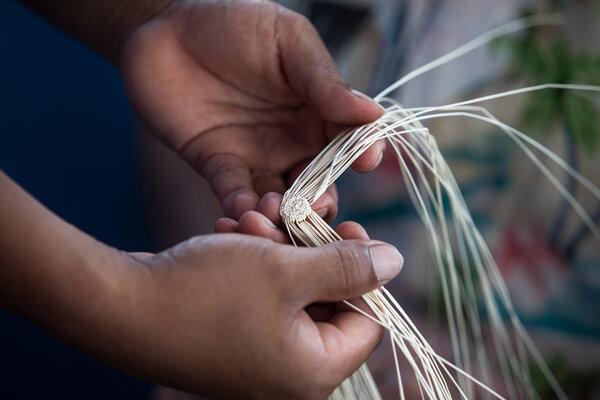 帕特里夏·洛佩斯展示巴拿馬草帽的編織起點。