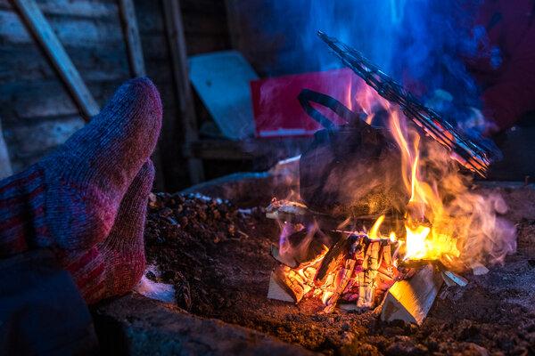 零下20摄氏度左右的天气,开着雪地摩托车上路的途中,烤火取暖。