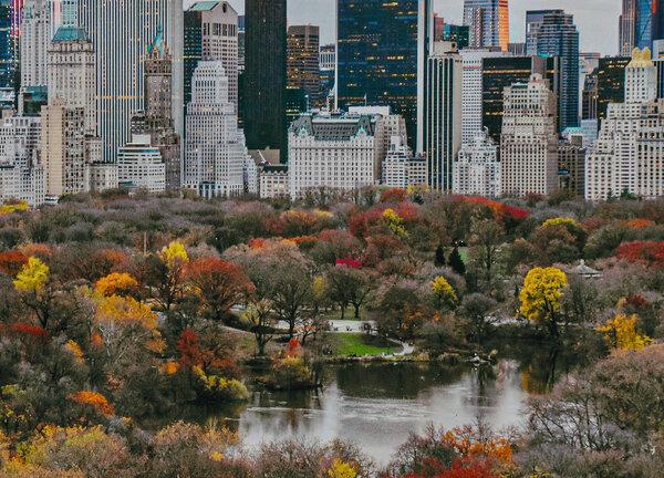 秋天的色彩环绕湖面。
