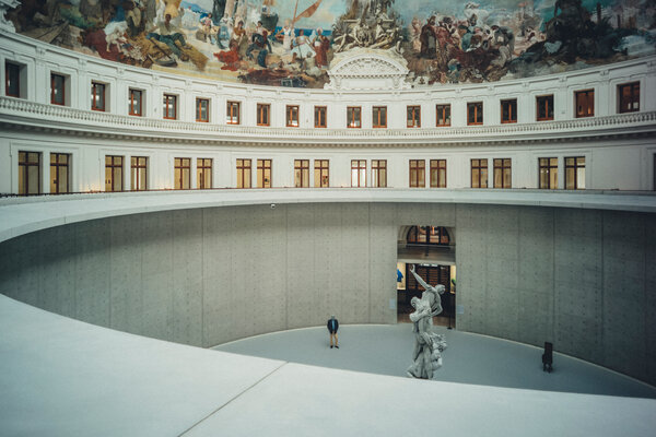 巴黎商业交易所的圆形大厅由安藤忠雄设计,穹顶上是19世纪的壁画作品《凯旋法国》。