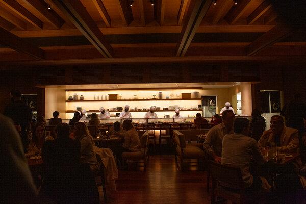 虽然Nobu Malibu是遍布世界各地的大型连锁餐厅的一部分,但在这个餐厅里,它并不像是一家分店。