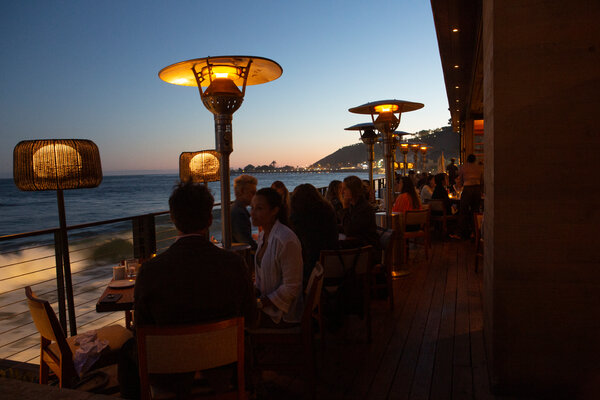 Nobu Malibu的餐厅延伸至海边,遥望太平洋,侍者会为没有做好准备的人拿来毯子。