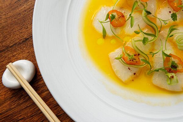 菜单上的一些最好的菜肴也是最简单的,比如鲜亮的鲷鱼。